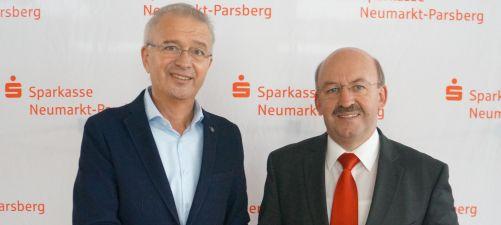 Der Leiter der Sparkasse Seubersdorf, Johann Böhm (rechts) übergab den Scheck an Rektor Karl Staudinger.
